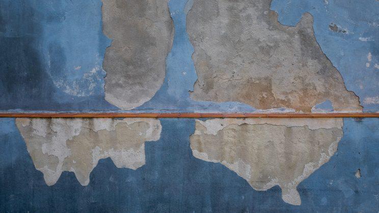 Mappemonde ancienne sur le mur du parking d'une clinique vétérinaire. © Laurent Carte